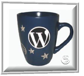 Wordpress-Sticker auf der Kaffeetasse